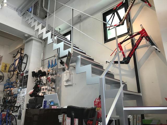 サイクルパインの店内内階段